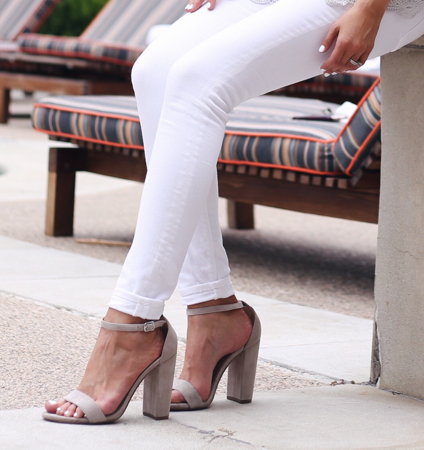 blogger Anna Monteiro of Blushing Rose Style wearing steve madden carrson sandal from labor day weekend sale