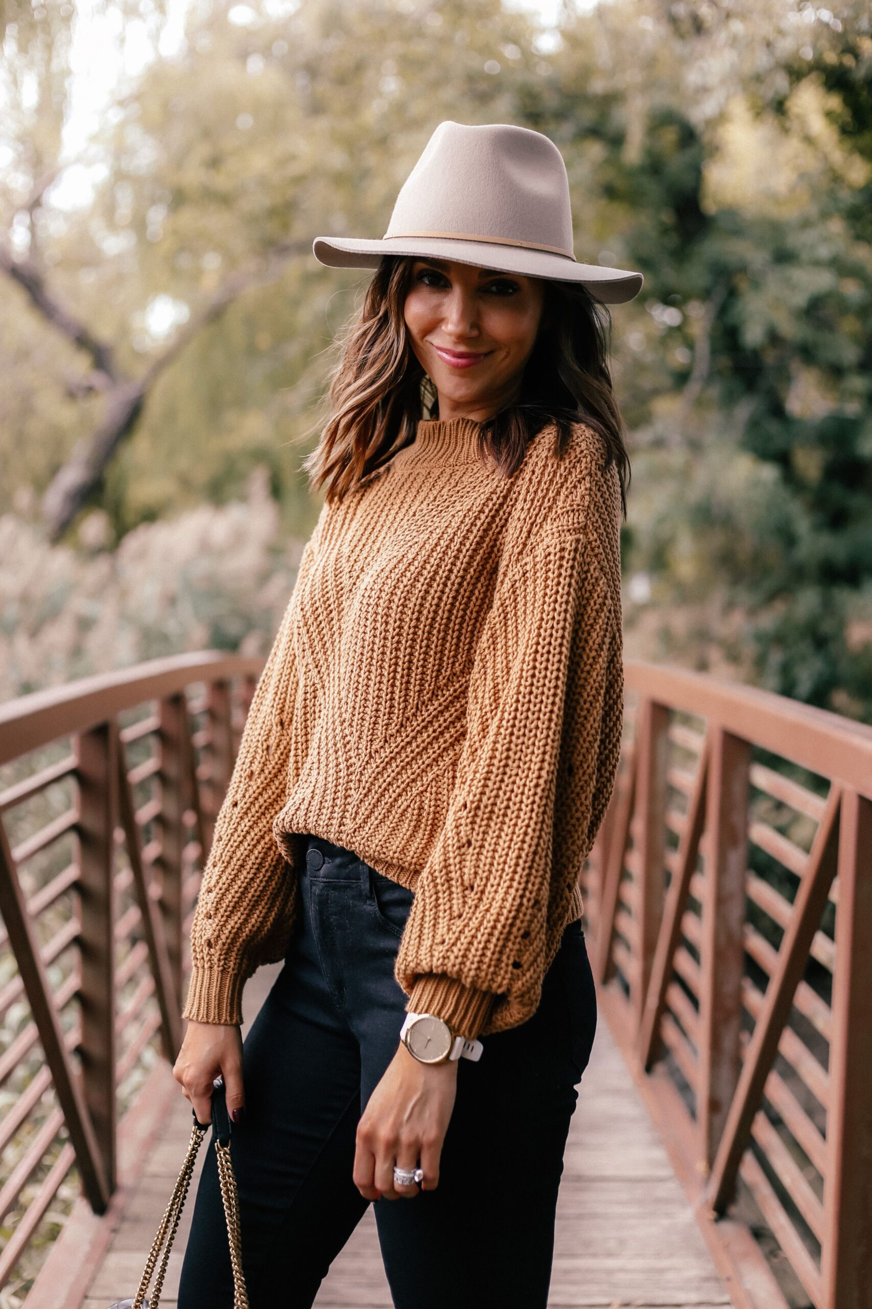 fall outfit ideas with black jeans and hat
