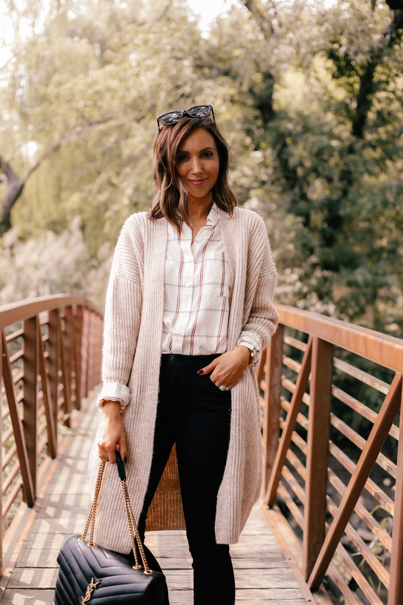 fall outfit idea with oversized cardigan and black jeans