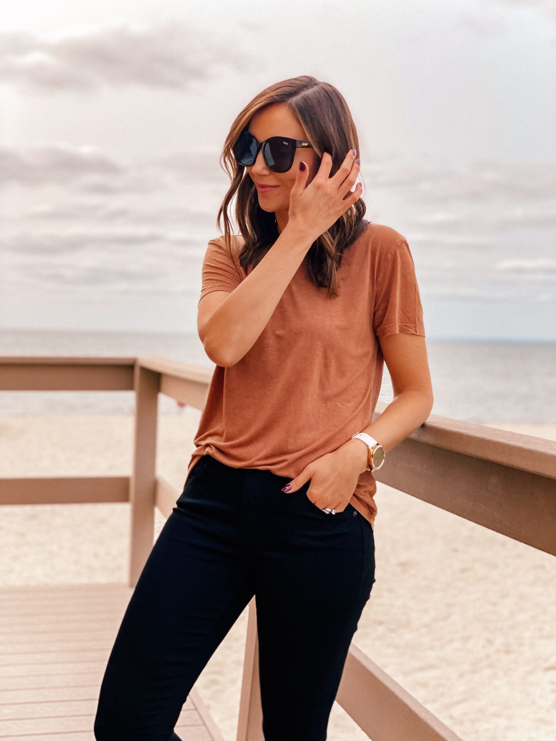 fall outfit with brown tee and black jeans
