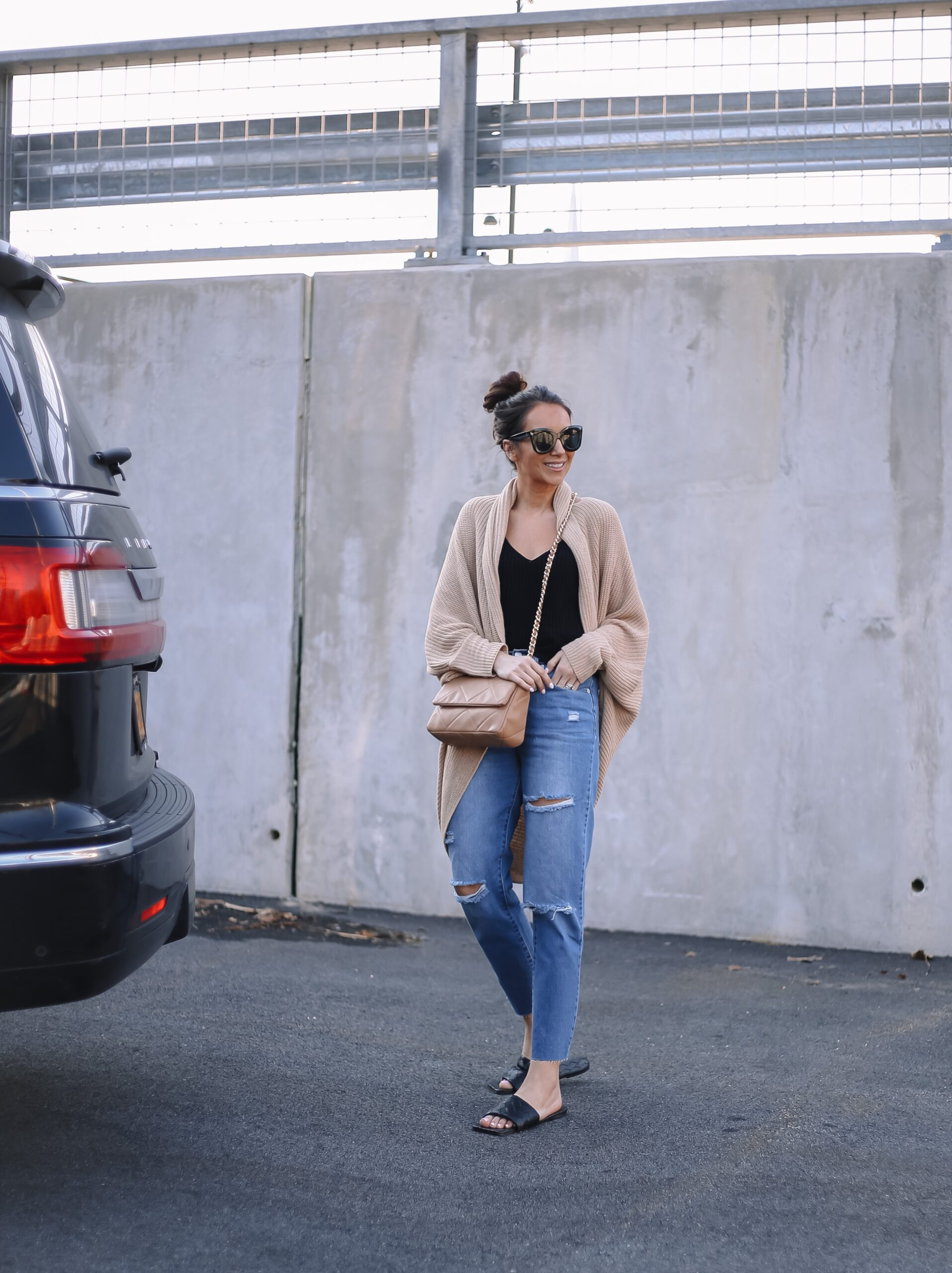 spring outfit with mom jeans and quilted sandals